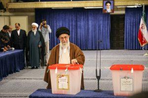 1941729 300x200 لحظه رای دادن رهبرانقلاب