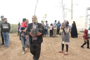 IMG 20190308 WA0034 300x200 مراسم اهداء و کاشت ۳۰هزار نهال به مناسبت روز درختکاری در مناطق کوی مهدیس و کوی اسلام آباد اهواز