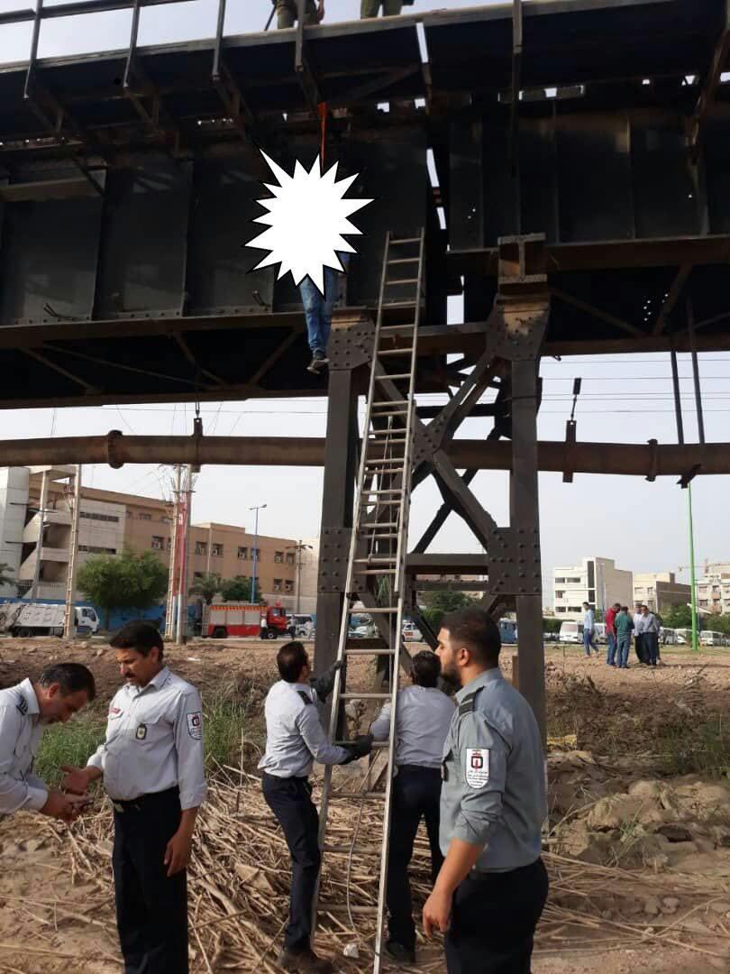 IMG 20190510 235232 292 یک مرد در اهواز خود را از پل سیاه حلق آویز کرد