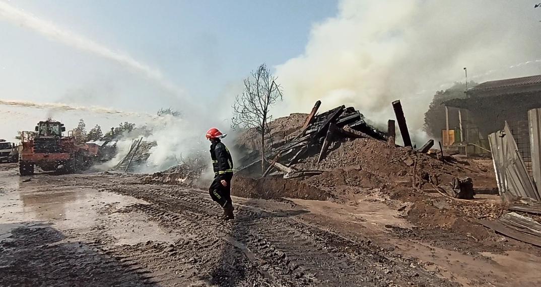 IMG 20200603 WA0088 آتش سوزی در انبار تراورس های قدیمی خطوط ریلی بطور کامل مهار شده است