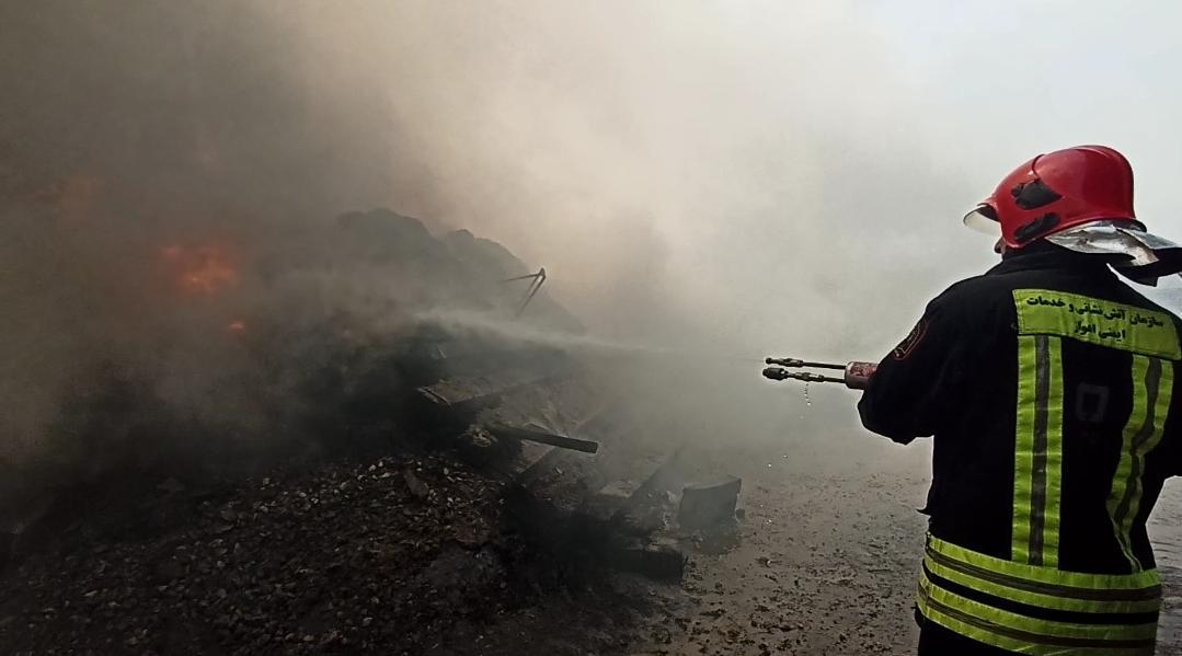 IMG 20200603 WA0090 آتش سوزی در انبار تراورس های قدیمی خطوط ریلی بطور کامل مهار شده است